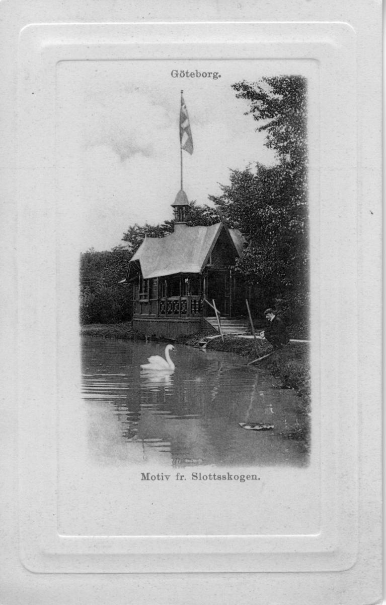 '''Choklad-villan''. Text på baksidan av kortet: ''''Cloetta-villan. Tidigare uppsatt vid Stora Dammen och ... Till restaurang.''   Träbyggnad vid sjö i Slottskogen.'