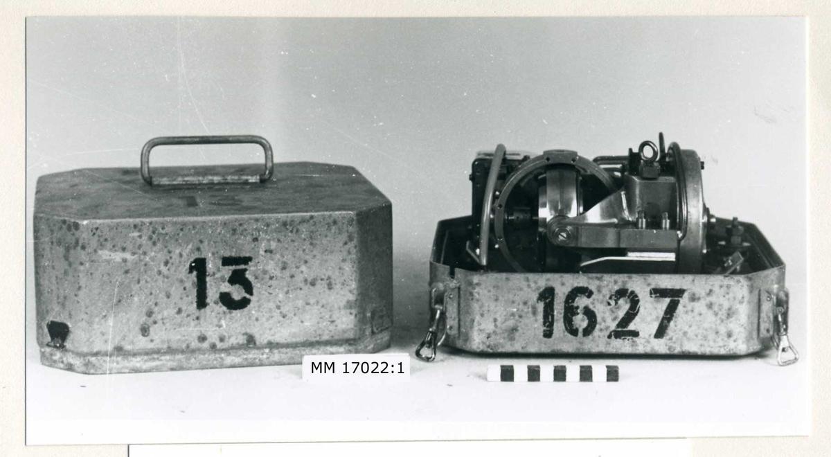 """Torpedgyroskop i zinklåda med löstagbart lock. Utvändigt märkt """" 13 """" samt """" 1627 """", bygelhandtag på locket."""