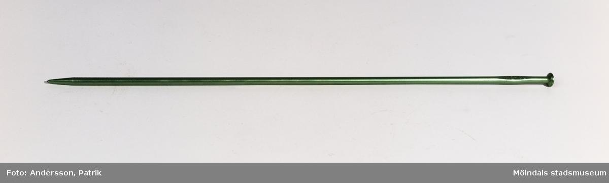 2 st stickor i stl. 5. Stickorna är av metall och är grön färgade. De användes under 1950-talet.