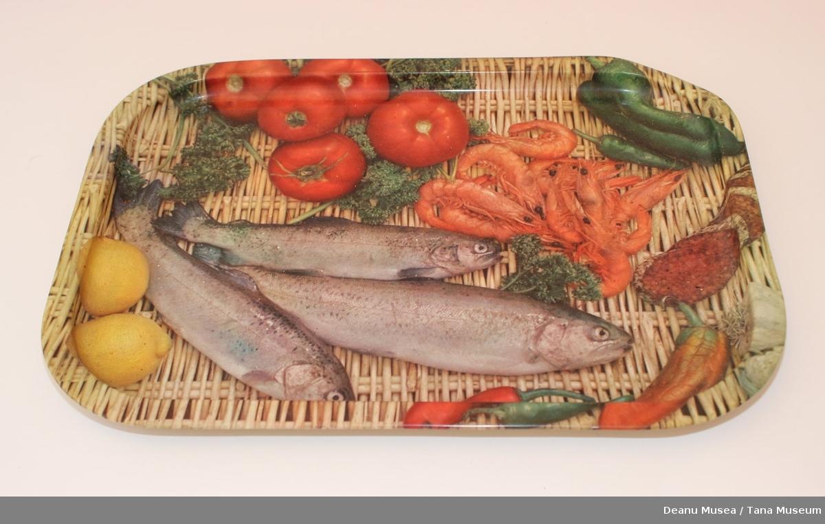 Serveringsbrett av metall. Motiv av fisk, reker og grønnsaker.