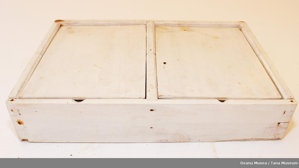 Hvitt skap med 2 dører og 4 hyller. Håndlagd.