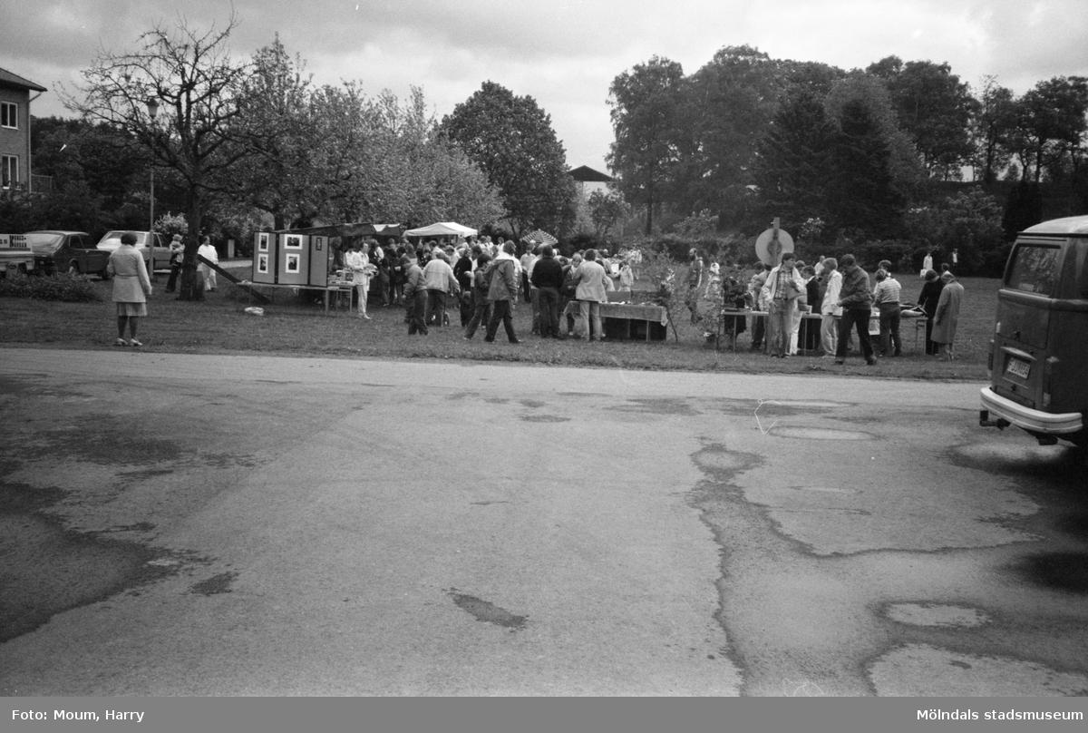 Vårmarknad på Stretered i Kållered, år 1983.  För mer information om bilden se under tilläggsinformation.