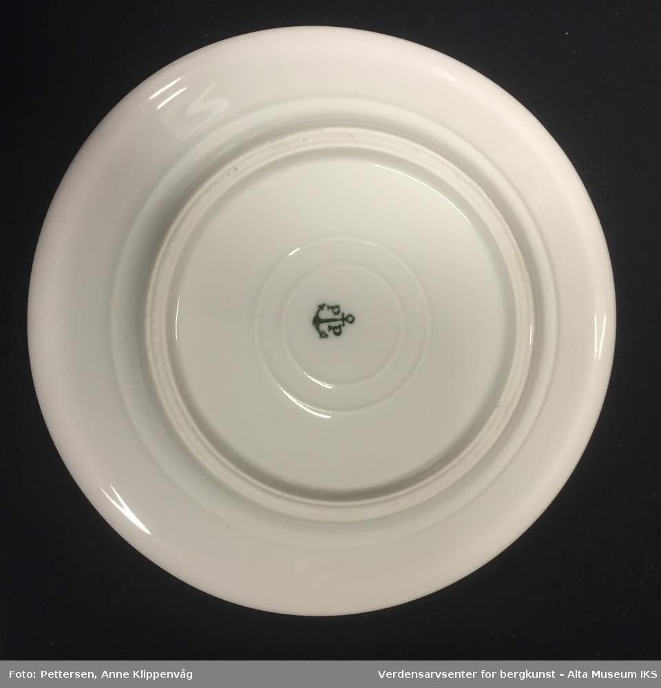Rund tallerken i hvit porselen.