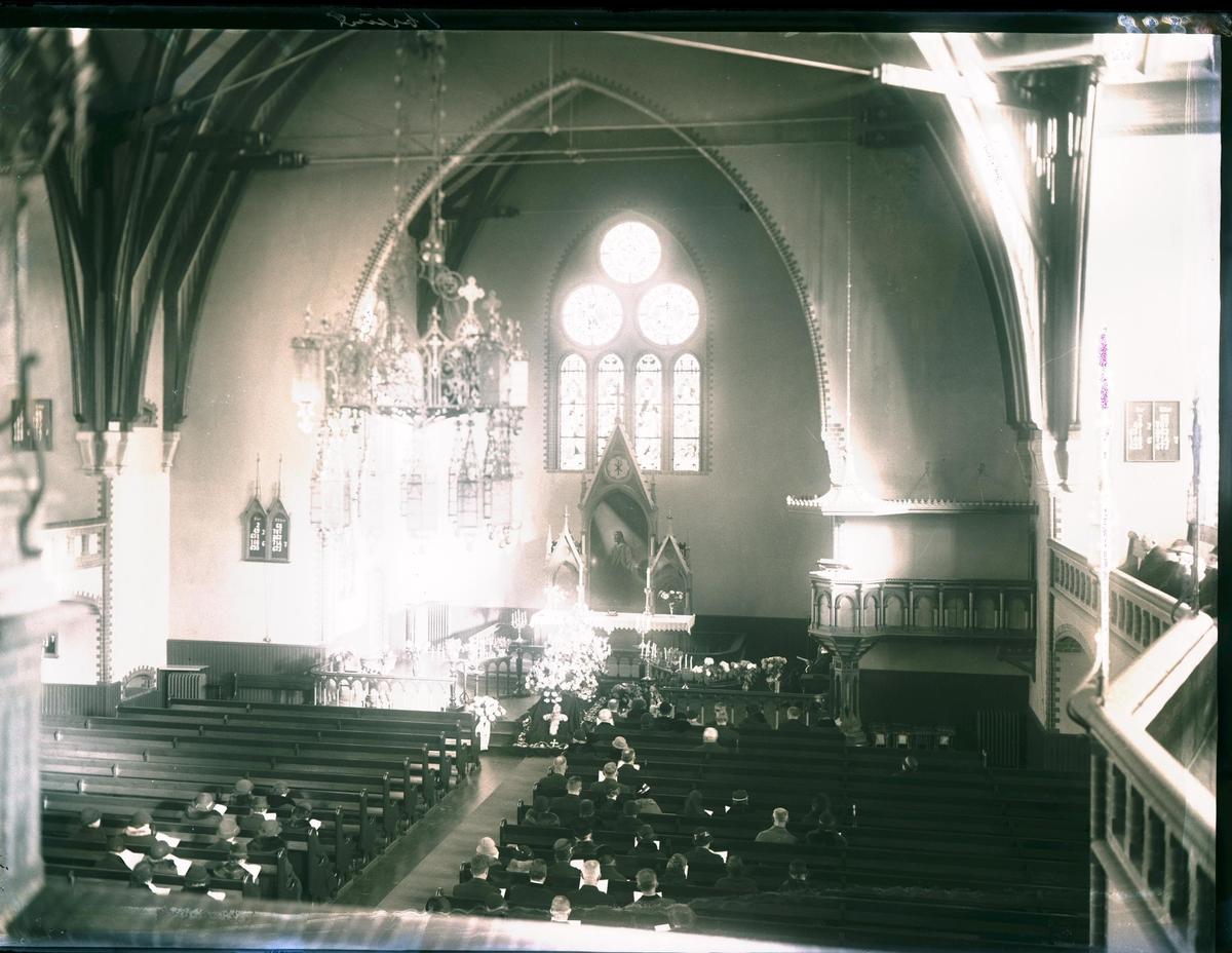 Prost Svend Svendsens båre i kirken