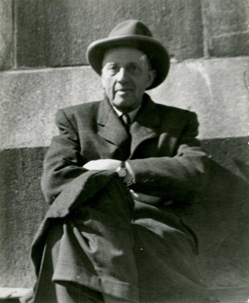 Portrett - Herre med hatt og frakk.