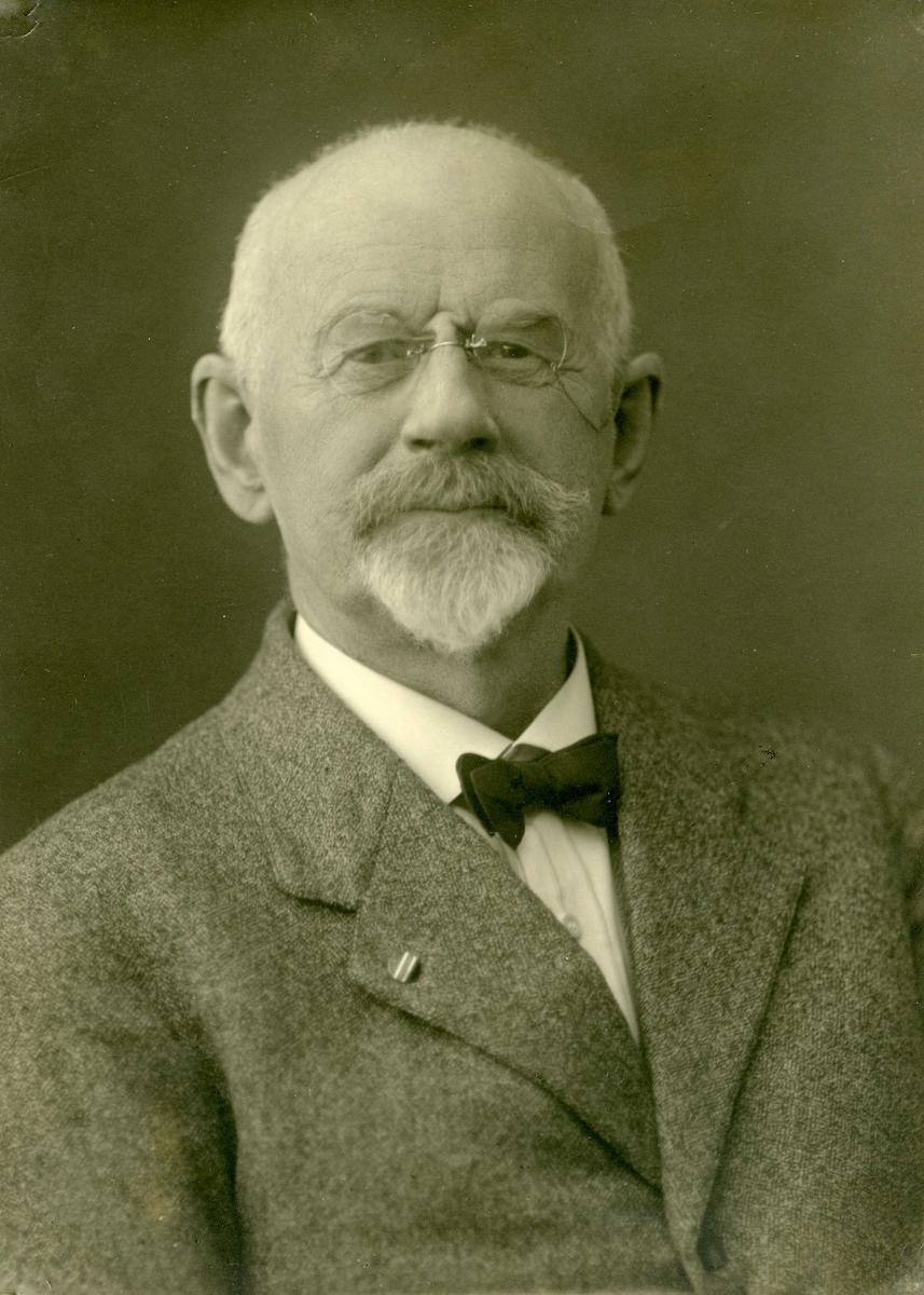 Portrett - Eldre herre med bart og bukkeskjegg.