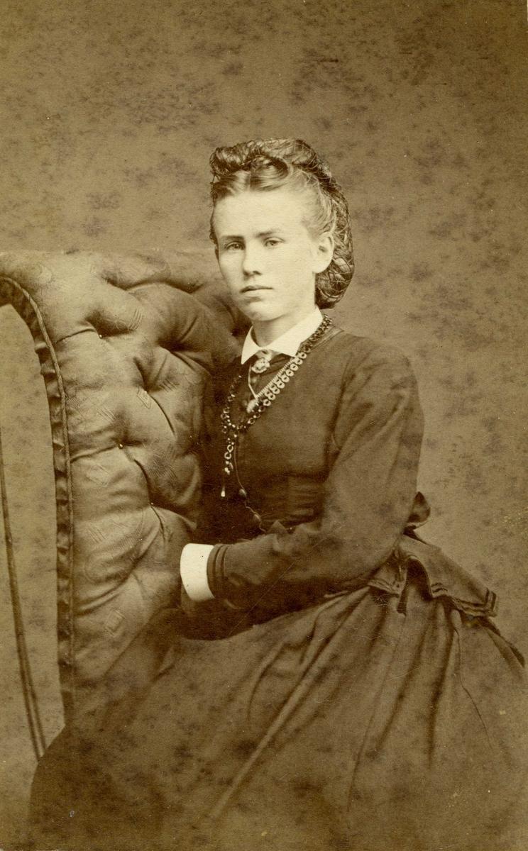 Portrett - Fru Alida Juell, f. Larsen Kro (datter av Mons Larsen), g.m. Kapt. Juell i Hardanger Sunhordaland Dampskip Selskap.
