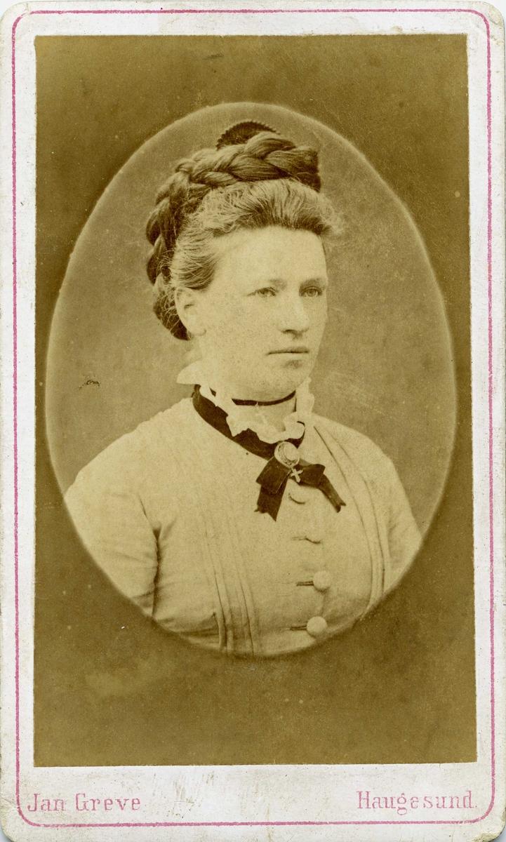 Portrett - Yngre dame med oppsatt hår.