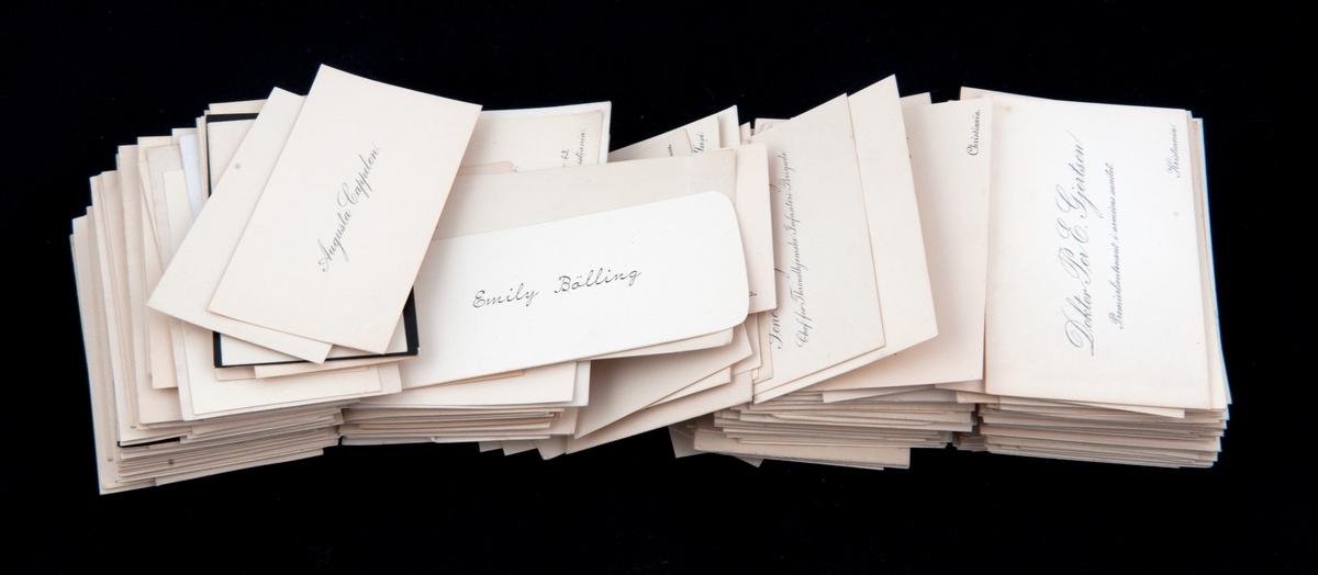 "Visitkort samlet av givers foreldre. Kort med påtrykket navn og tittel. Blandt andre ""Statminister Hagerup""."