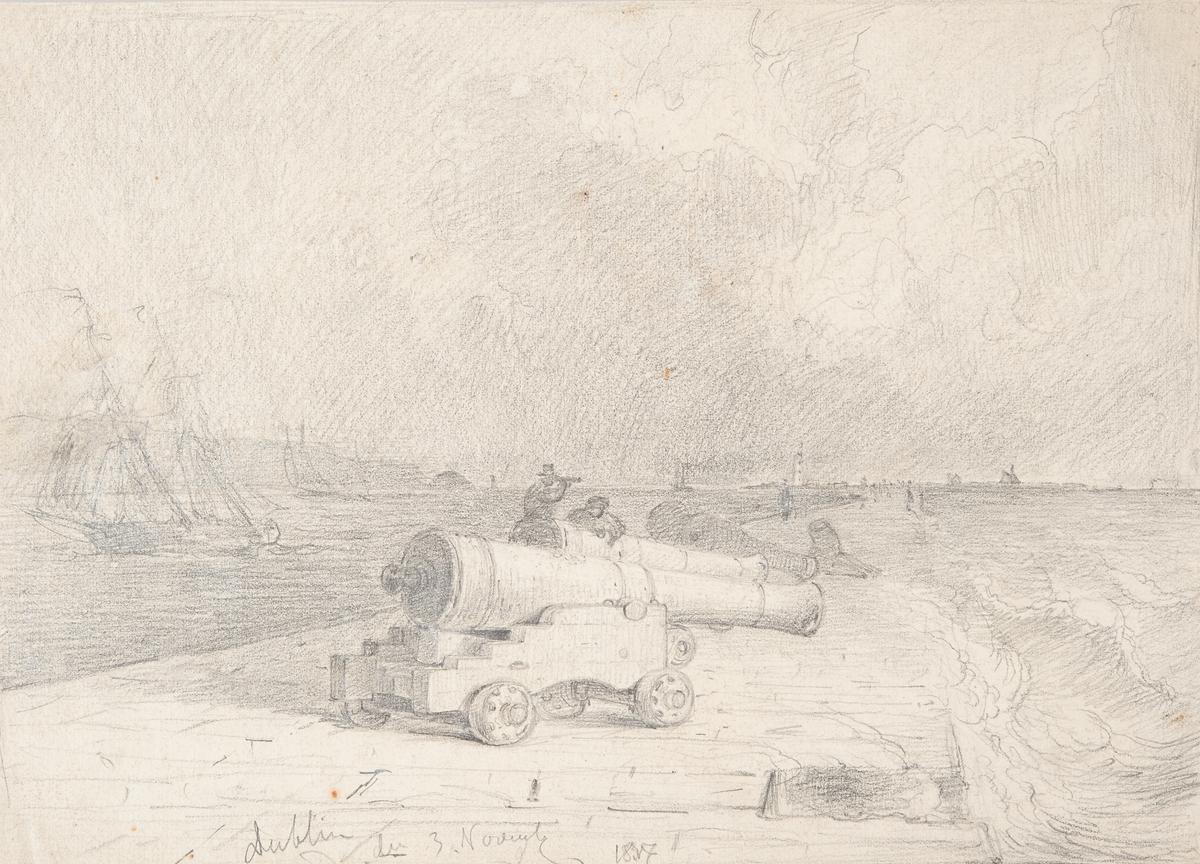 Kanon på pir, i bakgrunden segelbåt.