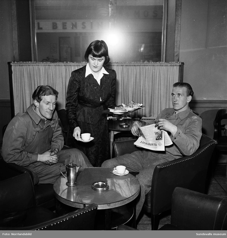 Fru Mia Garde, serverar på kafé Cecil på Köpmangatan..