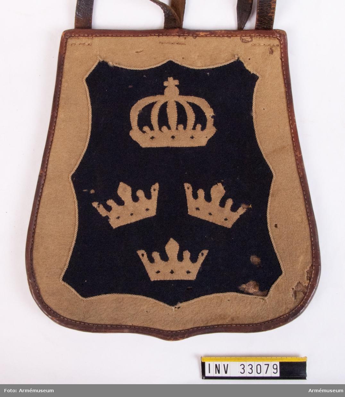 Grupp C I. Ur uniform för manskap vid Kronprinsens husarregemente 1825-45. Livplagg m/1825. Består av dolma, päls, ridbyxa, mössa, plym, tillbehör till högmössa, kartusch, rem till kartusch, handskar, skärp, koppel, handrem, taska, remmar, ridstövlar, sporrar, halsduk.