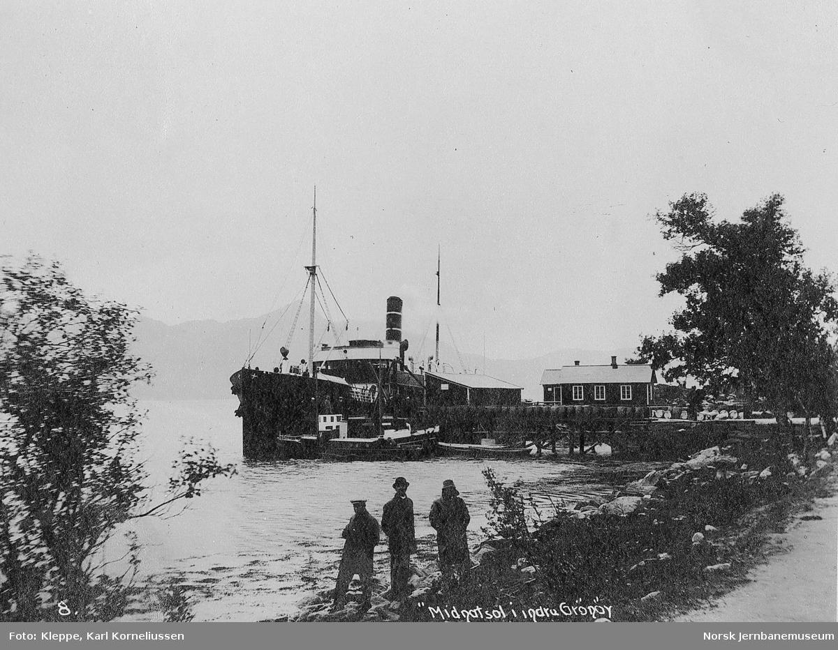 """Befaring av Tromsbanen : bilder fra reisen nordover, dampskipet """"Midnatsol"""" på Indre Grønøy"""