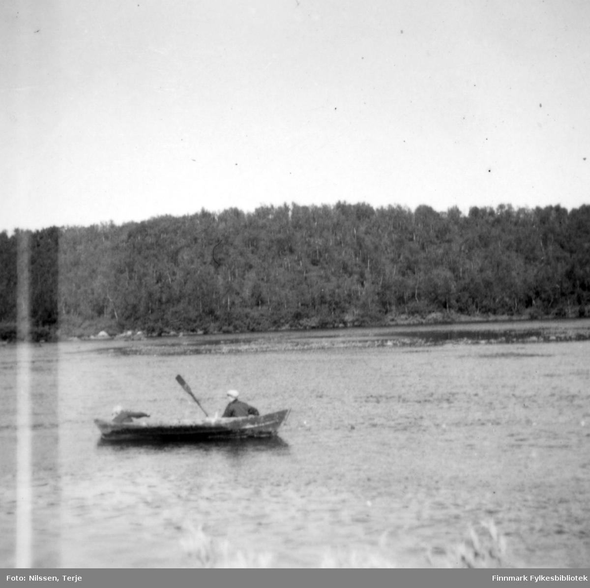 Søsknene Grethe Nilssen og Thor Sivertsen fisker i Øvre Neiden, 1958