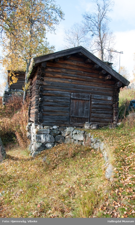 """Bekkekvern fra gården Nedre Aasberg og Halden i Dagali.  Byggeår er ukjent, men eldste årstall innskåret er 1774.  Kverna ble flyttet til museet ca. 1935.   Kverna sto i Ismalfossen i Numedalslågen og ble brukt av begge gårdene.  Syver Magnusson Aasberg født ca. 1687 var antatt å ha """"Svarteboka"""".  Han skulle en gang rydde vekk et bergflak (svaberg) for å få mer vann til kverna.  Han løste ut """"Gamle Erik"""" og gav ham beskejd om å flytte bergflaket.  Selv så han på at Gammeln dro ned i fossen så vannspruten sto, skjøv bergflaket ut, kom så settende for å ta Syver. Men han var rask og fikk """"Gamle Erik"""" bunden igjen.  Arbeidet vises den dag idag og der bygde Syver opp kverna som idag er på Dagali Museum."""