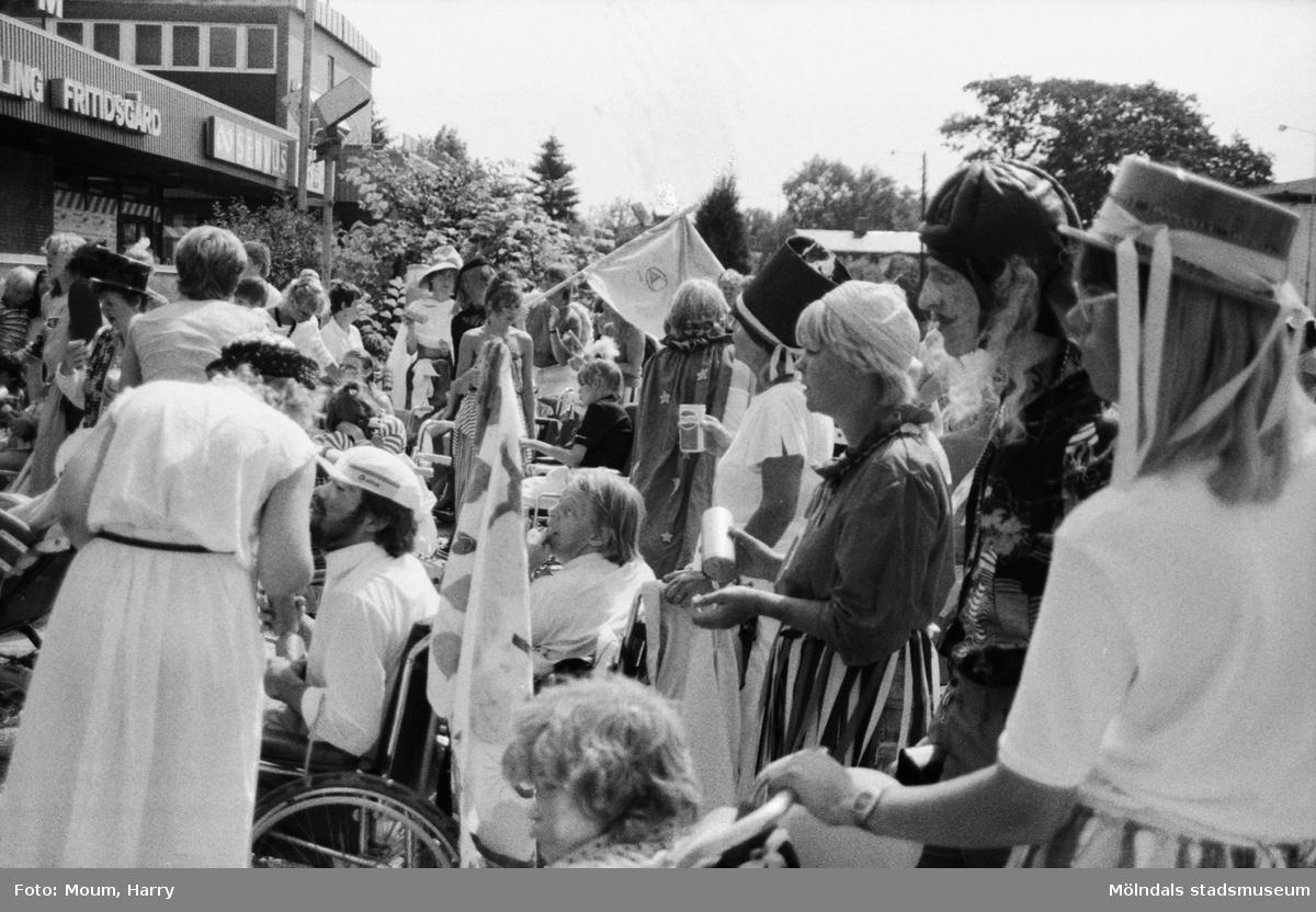 Karneval i Kållered, år 1983. Festligheter i centrum.  För mer information om bilden se under tilläggsinformation.