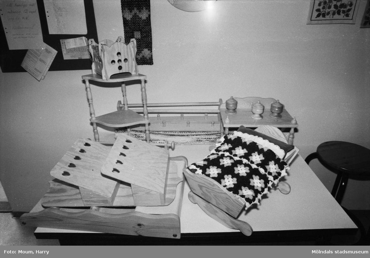"""Pensionärsverksamheten kallad """"Hobbyn"""" vid Våmmedalsvägen i Kållered, år 1983. Tillverkade föremål.  För mer information om bilden se under tilläggsinformation."""