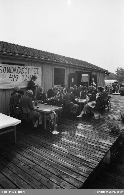 Lindome Lions Club anordnar loppmarknad vid Lindome station, år 1983.  För mer information om bilden se under tilläggsinformation.