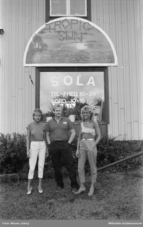 Nytt solarium, Tropic sun, öppnar vid Gamla Riksvägen i Lindome, år 1983.  För mer information om bilden se under tilläggsinformation.