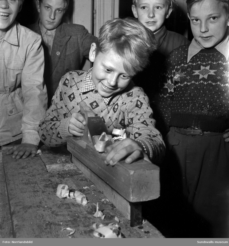 Östermalms ungdomsförening. Snickeriverksamhet för pojkar i olika åldrar.