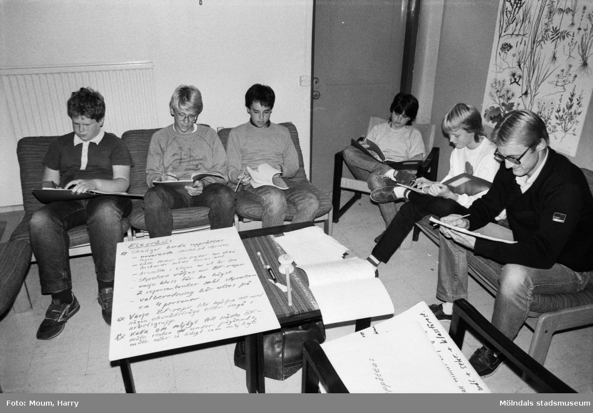 Elever från Lindhaga- och Almåsskolan deltar i kurs om mötesteknik på Torrekulla turiststation i Kållered, år 1983.  För mer information om bilden se under tilläggsinformation.