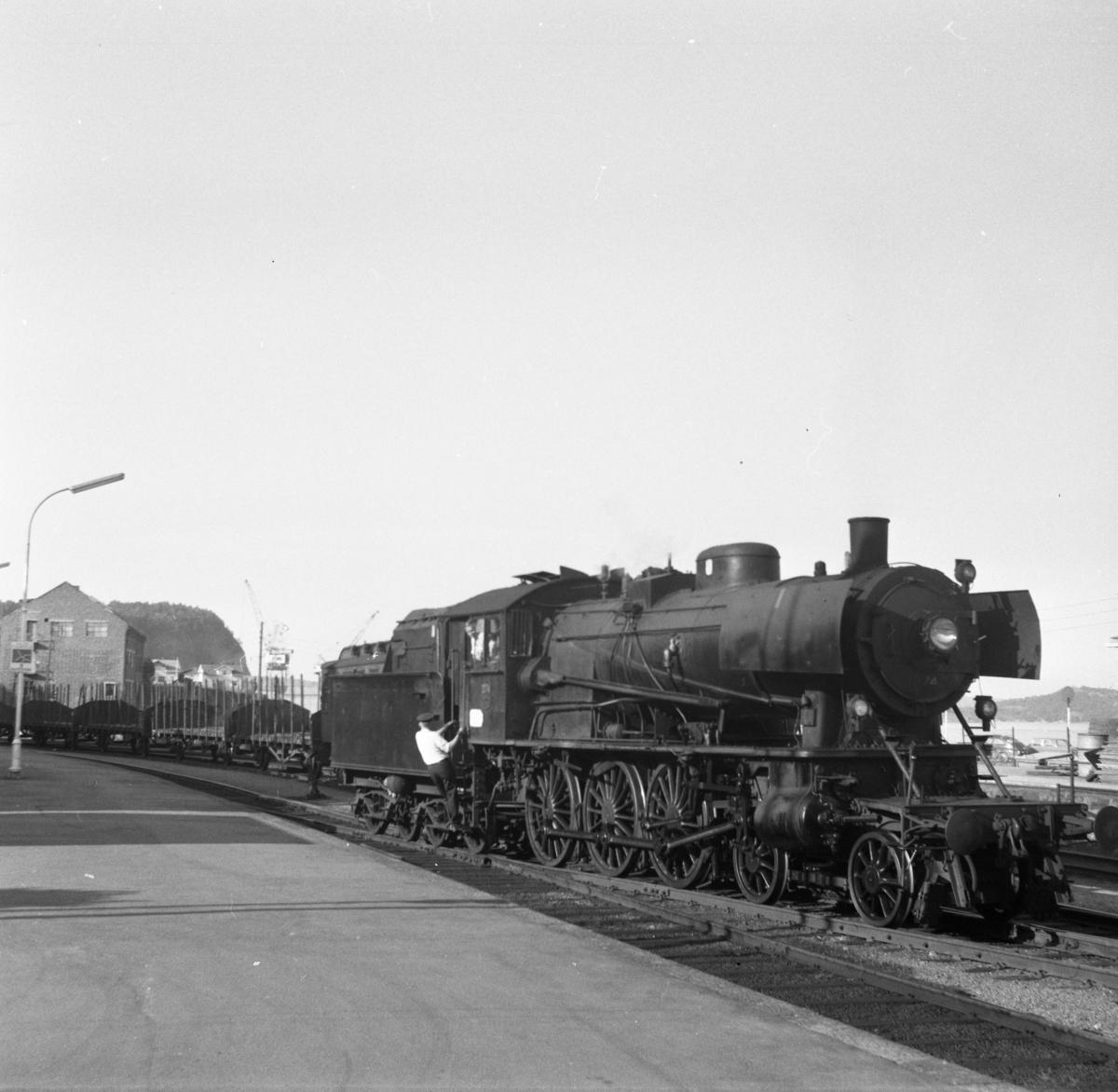 Damplokomotiv type 30a nr. 274 i skifting på Kragerø stasjon.
