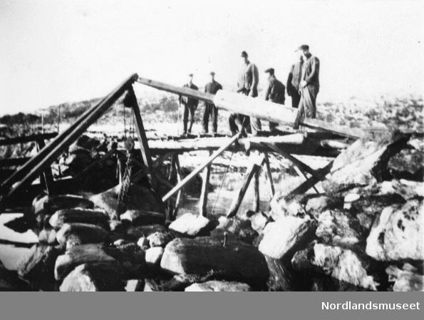 Den første brua over Halsasundet. Alle arbeiderne var fra Halsa, men basen var fra Beiarn.