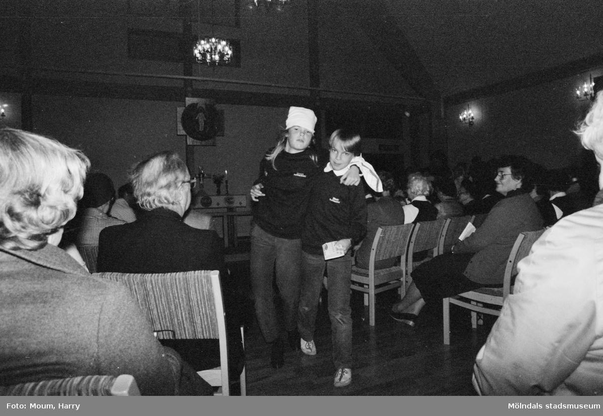 """Barnkörerna från Apelgården, Näsets och Kållereds kyrkor framför musikalen """"Så länge vi vandrar på jorden"""" i Apelgårdens kyrka, Kållered, år 1983.  För mer information om bilden se under tilläggsinformation."""