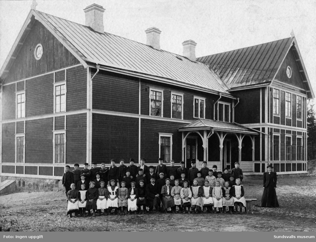 Nedansjö skola med två av de sex klasserna (årskurs 5 och 6) med lärare uppställda framför.