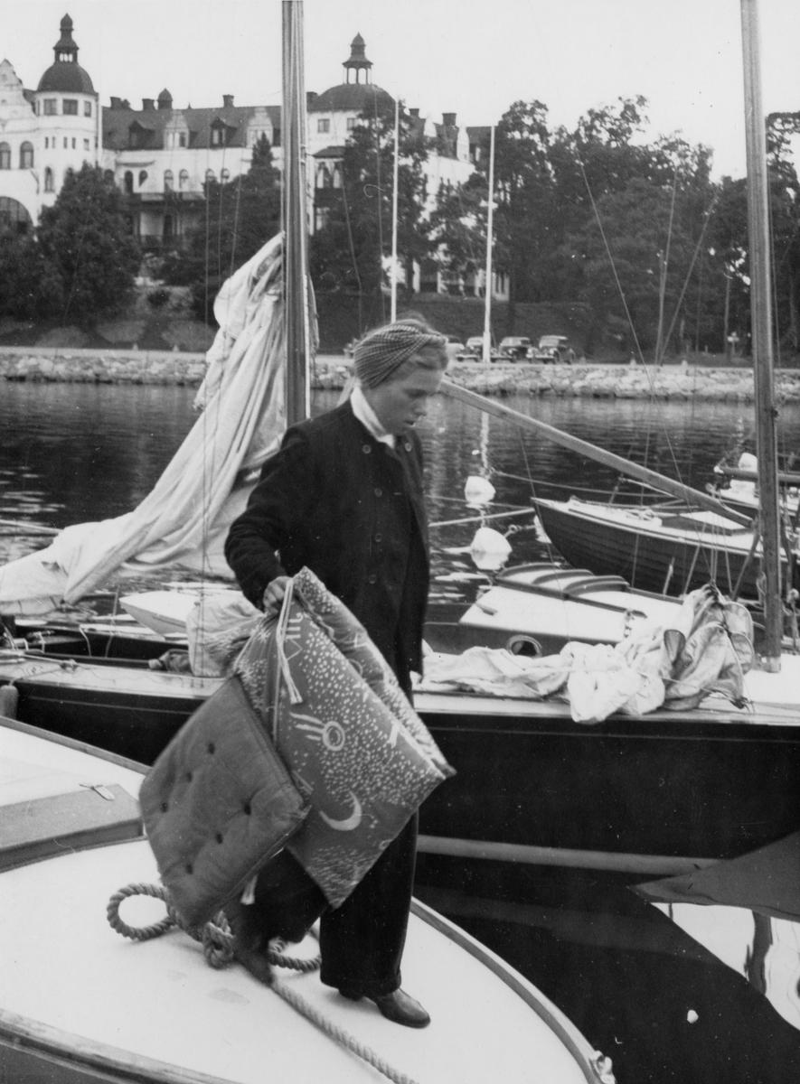 Övrigt: Damernas segling hösten 1946 ägde rum 7 september. I folkbåtsklassen startade endast F-S131 PRIMUS III med rorsman H. Schultz (KSSS årsbok 1947 s 223). Vem H. Schultz var är ovisst; någon person med det namnet återfinns inte i KSSS medlemsförteckning 1946-47, vare sig bland damer eller juniorer. Det är heller inte bekräftat att den båt hon på bilden är i begrepp att stiga i land från är PRIMUS III.