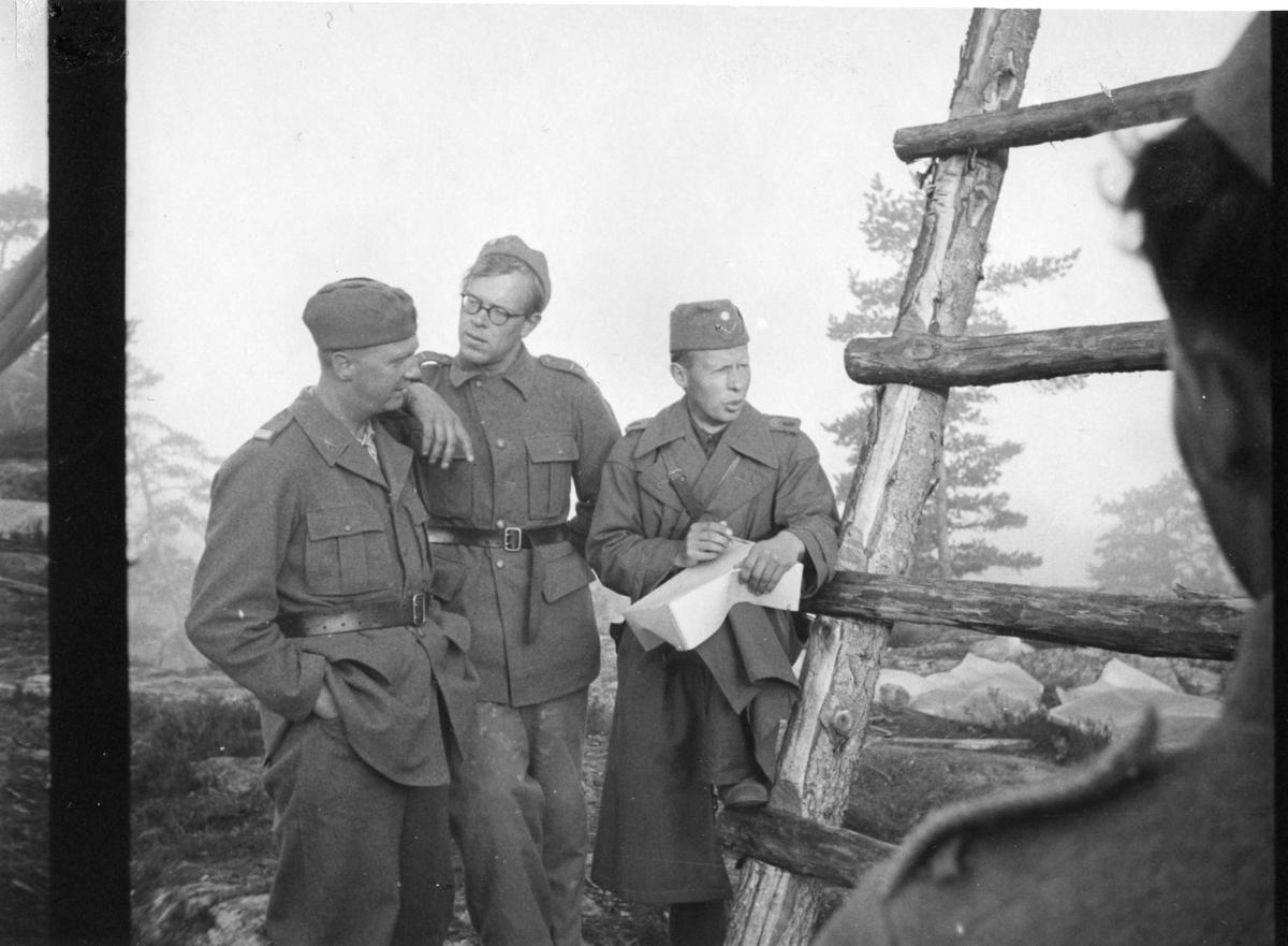 Fälttjänst. Till höger: sergeant C-E Suneson, A 6.