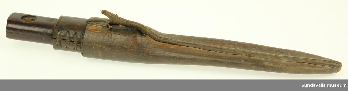 Kniv med trähandtag delvis skinnklätt. Kolblad samt slida i skinn.