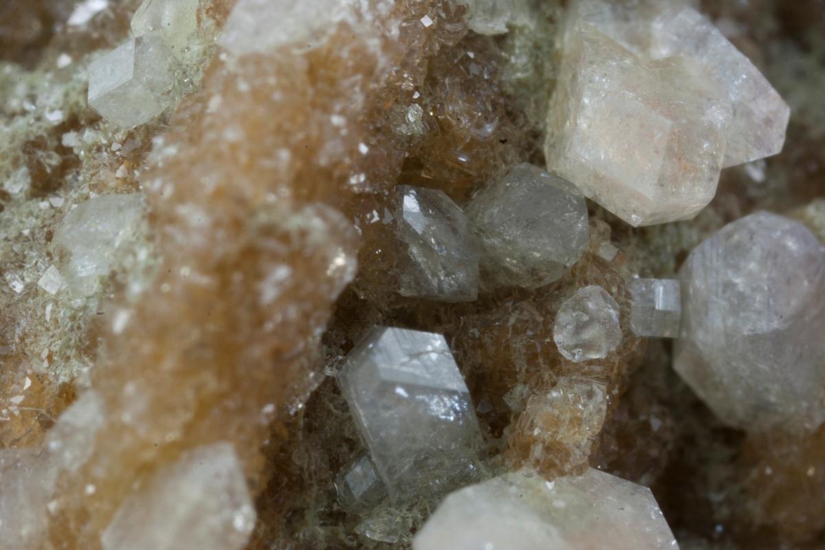 Orange harmotomkrystall på matriks. Mikroheulanditt? En krystall chabazitt/gmelinitt. Steinbrudd Gausland.