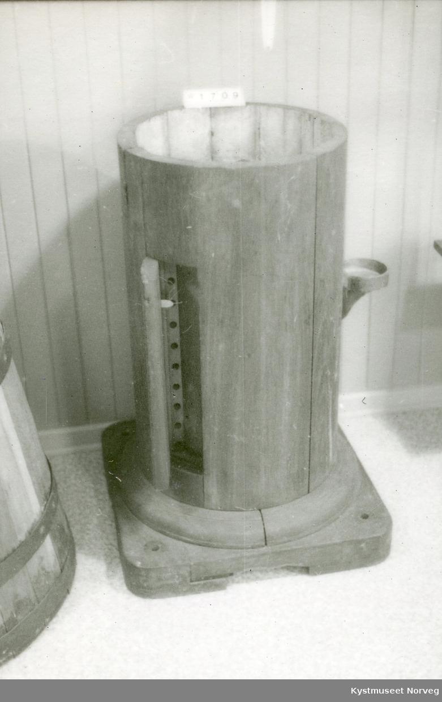 Sokkelen er sammensatt av 14 eikestaver. Den er rund og står på en firkantet fot. Foten har vært skrudd fast i dekket med en skrue i hvert hjørne. I sokkelen 12 cm. under kanten er et gulv som selve messingnatthuset har stått på. I gulvet er 5 hull (lufting ?). På siden av sokkelen er to avlange luker 10 x 40 cm med luftehull som muligens har vært brukt til justering av kompasset. På ene siden er det fastskrudd en rettsidet rund skål.