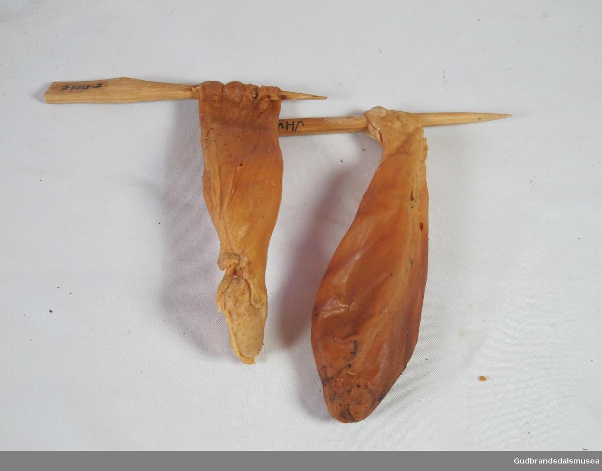 Brukt til ysting. Tatt ut av killing som var slakta før de tok til å ete stråfôr. Løypen er tredd på en trepinne og tørka.
