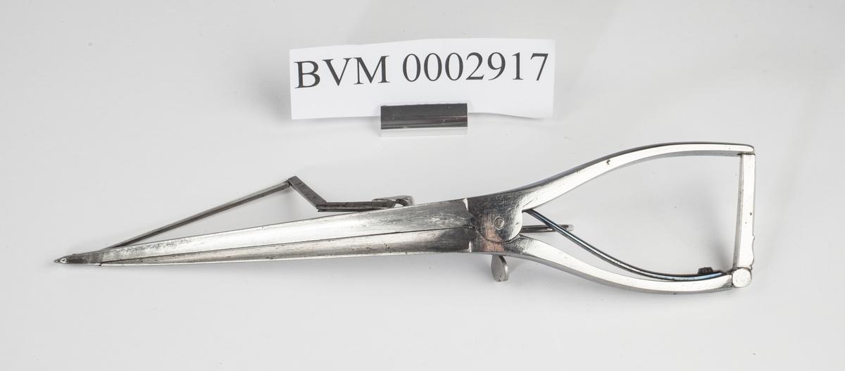 Kombinert instrument i stål for kutting og åpning. Ligner på ei tang men har i tillegg en kniv som kan føres opp ved hjelp av en sleide.