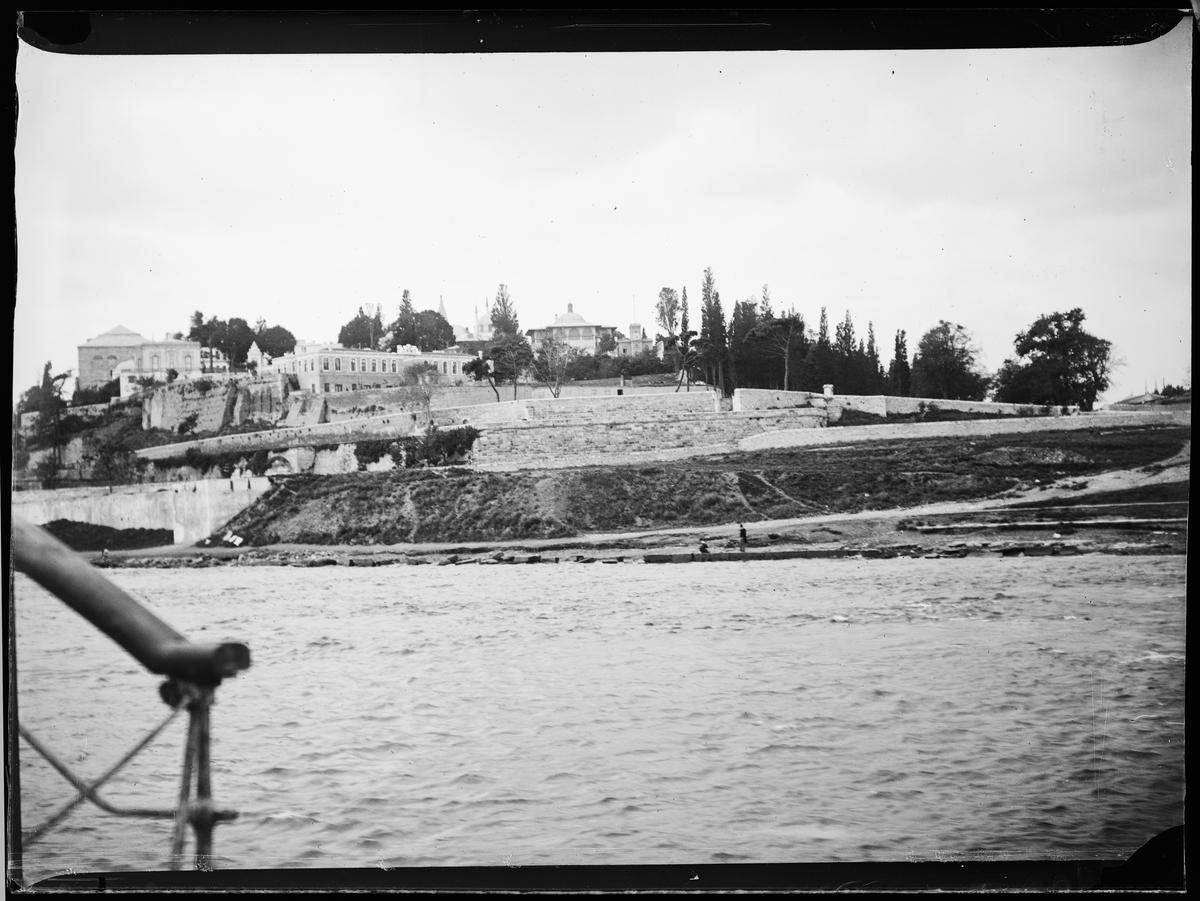 """""""Jerusalem 10, Cairo 6"""" (inskr eske). Tre palasser ved havet. Bildet tatt fra en båt"""