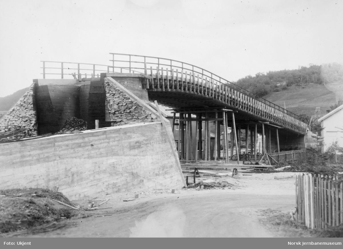 Anlegget Mosjøen-Mo i Rana : bygging av bruovergang ved Halsøy, pel 200