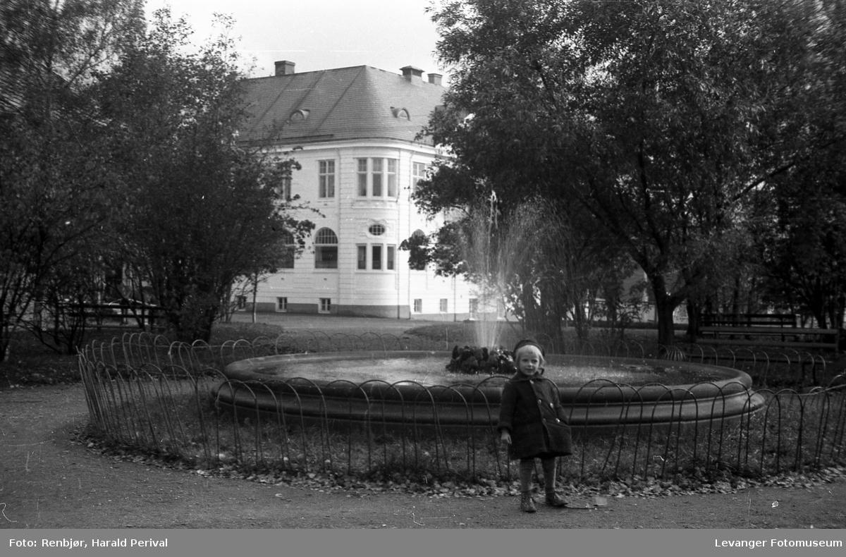 Foran fontenen i Øverparken i Levanger , med bankbygningen i bakgrunnen.