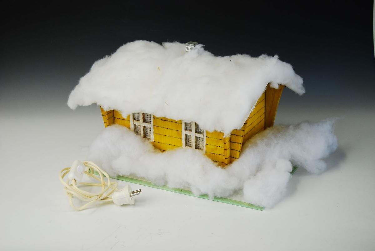 Julehus med ledning og stikkontakt.