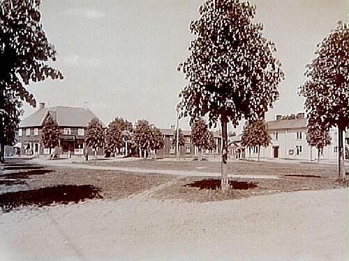 Torget och till höger Kommunalhuset, tvåvånings vinkelbyggt bostadshus. Till vänster Bankhuset, tvåvånings bostadshus i trä.Beställningsnr: GN-633.Örebro Läns Bildgalleri nr: 93.