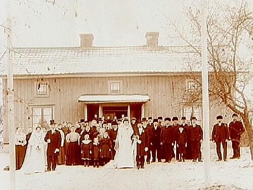 Dubbelbröllop.En och en halvplans bostadshus.Karl Karlsson