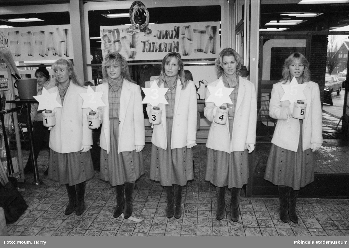 Kållereds Lucia-kandidater presenteras i Kållereds centrum, år 1983.  För mer information om bilden se under tilläggsinformation.