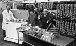 Orubricerat 18 februari 1966I en charkuterifabrik står två