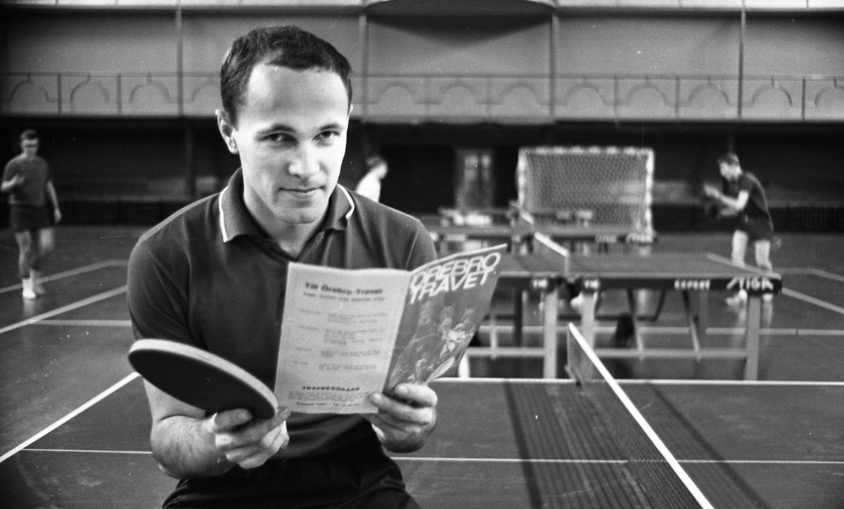 Lärare lärde film, Hantverksbutik, Hans Alsér, Ingenjörer på kurs 18 november 1967Närbild på bordtennisspelaren Hans Alsér. Han sitter på ett bordtennisbord och läser tidningen Örebrotravet. Han är klädd i ljus sportig T-shirt samt mörka shorts. Han håller sitt racket i högra handen. Andra bordtennisspelare syns i bakgrunden.