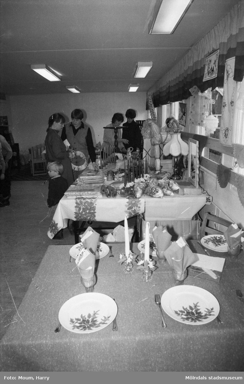 Lotteri och försäljning i Sankt Johanneskyrkan vid Sagbrovägen i Lindome, år 1983.  För mer information om bilden se under tilläggsinformation.