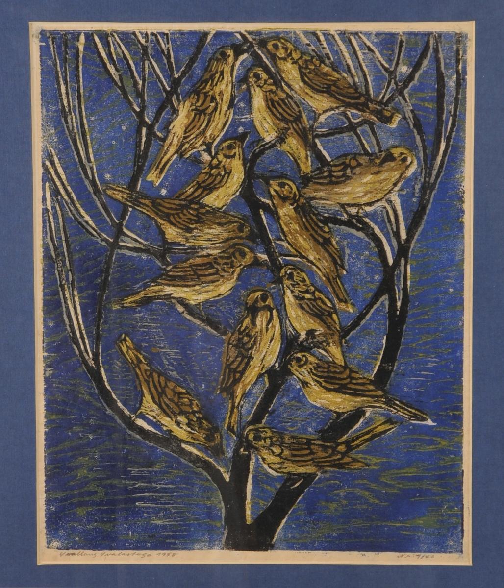 13 små fuglar sit i eit tre, blå og grøn bakgrunn.