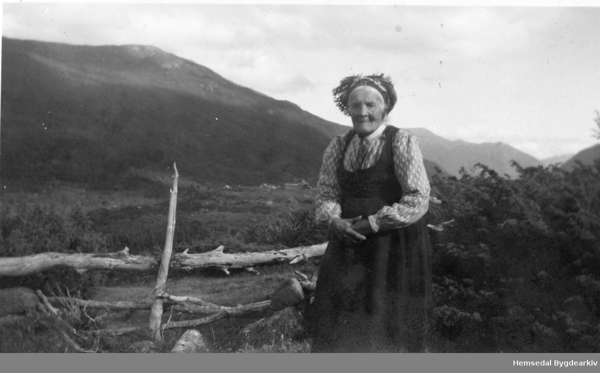 Guri Moen (1857-1954), fødd Embriksgarden, på Heggeslettene i Hemsedal, ca. 1950.