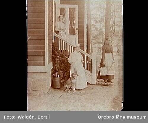 Tre kvinnor och en hund.Bostadshus.