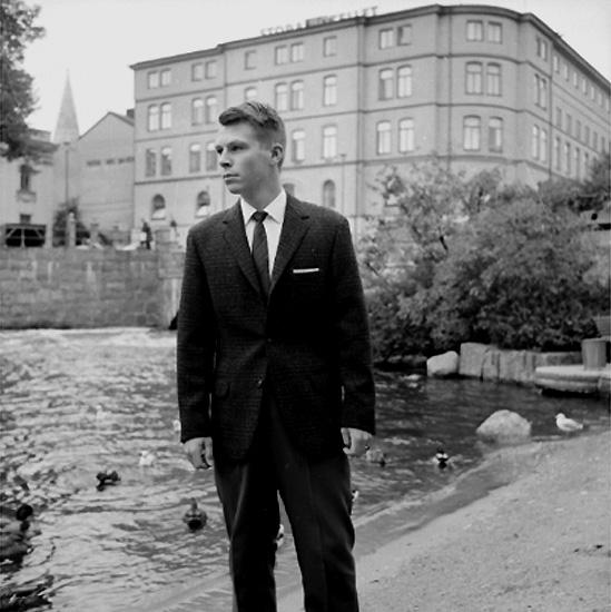 En man. Kläderna från Konsum Herrkonfektion.Stora Hotellet i bakgrunden.